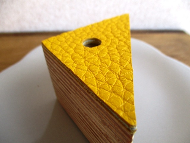 チーズのかけら、のような革と木で作ったペン立て