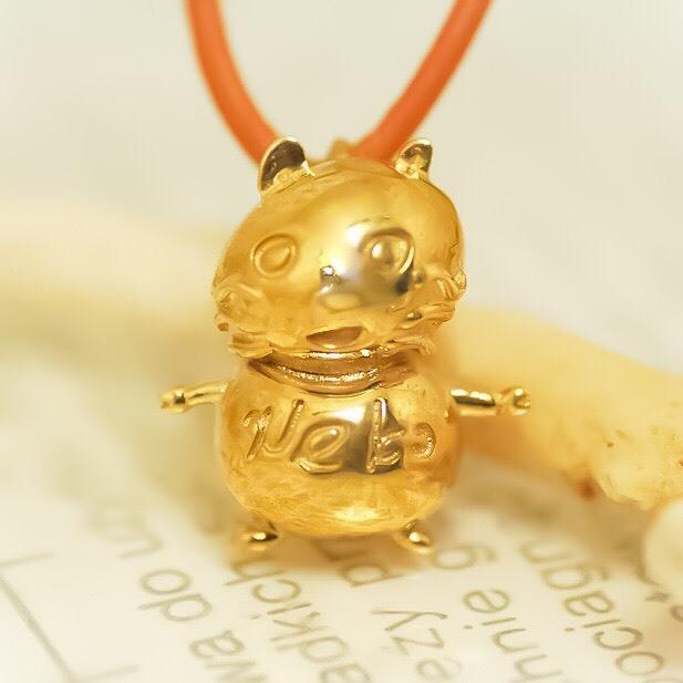 世界を変える金色の猫ネックレス