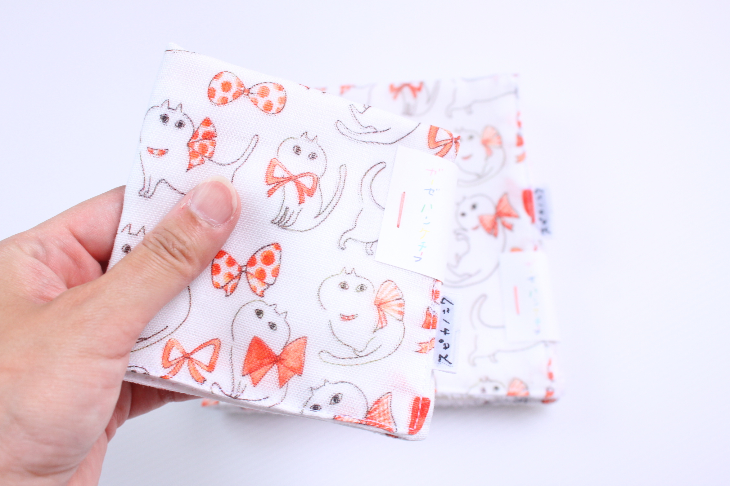 【保護猫支援】spicanoniwa ハンカチ / 白猫リボンキャットのスフレちゃん/ ガーゼタイプ