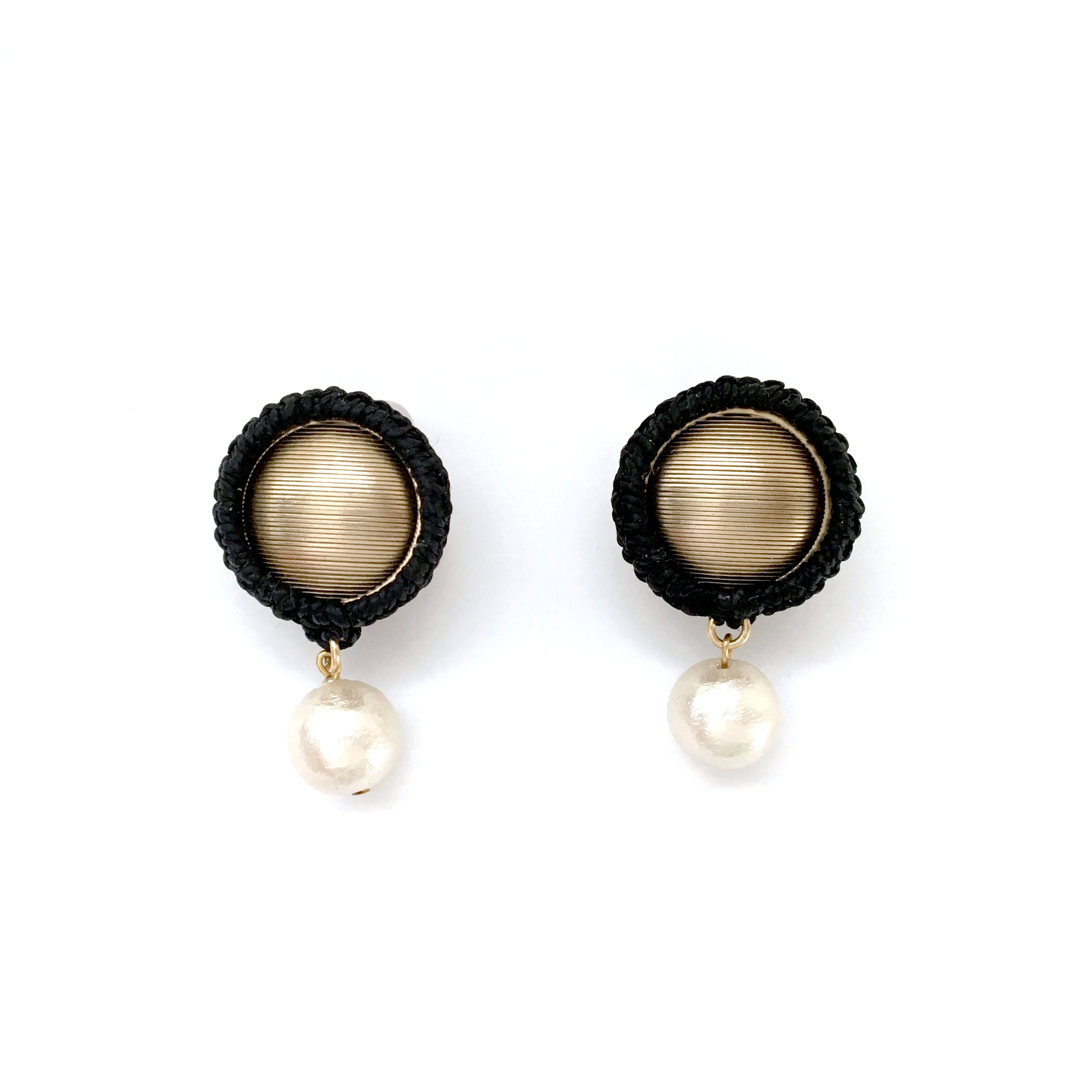 Wrapped Button Pearl Earrings / Black (イヤリング/ピアス)