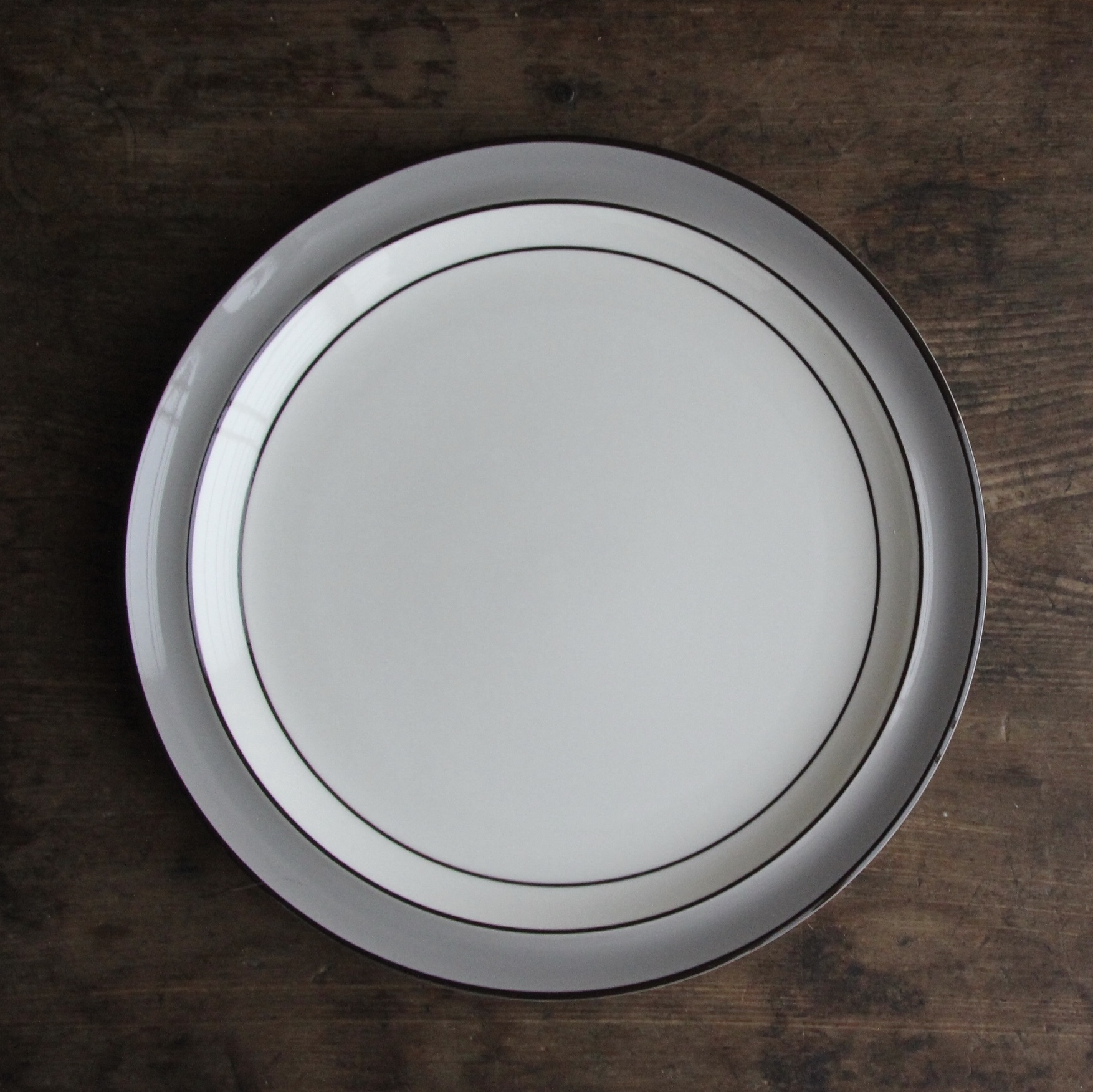 ライトグレーのリム ストーンウェア ディナー皿 在庫2枚