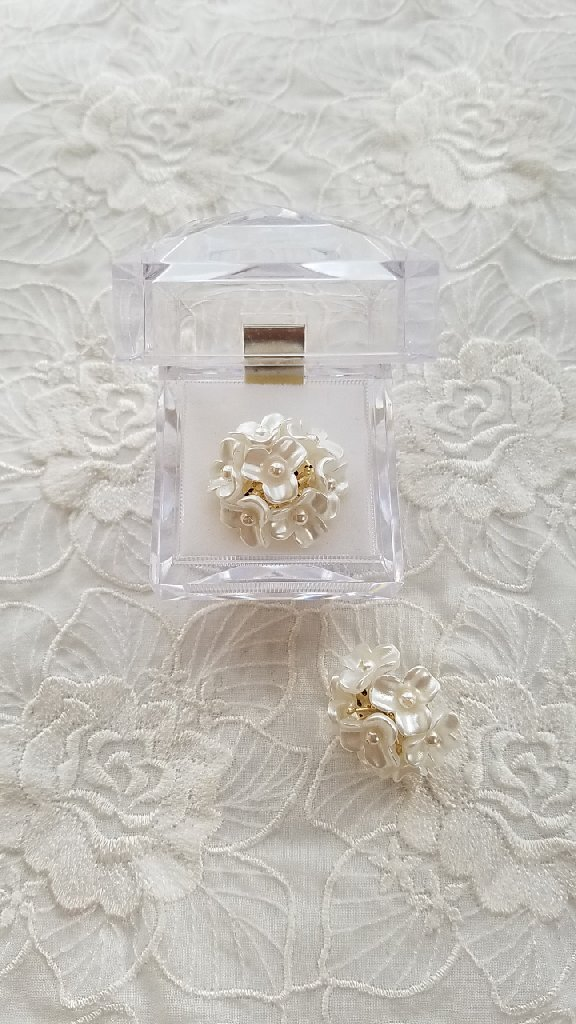 白い紫陽花のイヤリングとピアスの「ピアス」