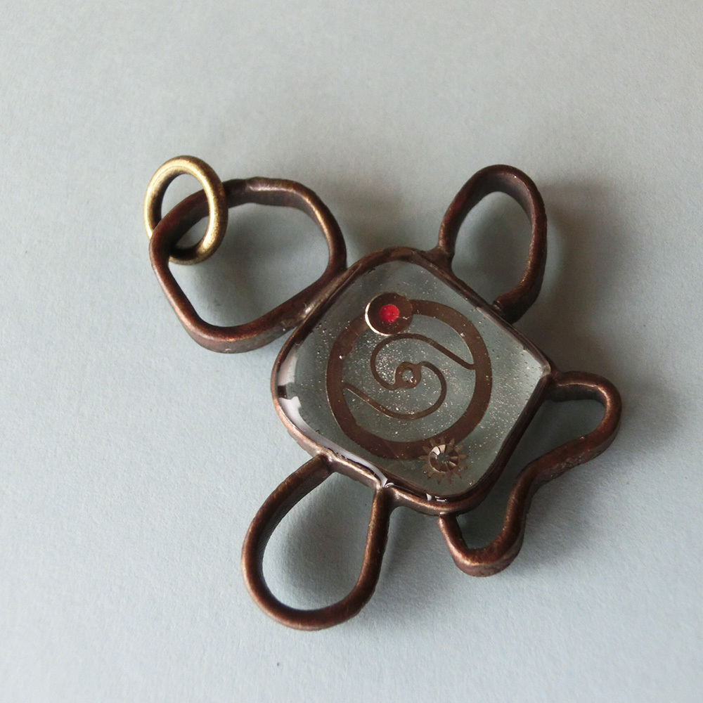 【地底人】a ~ ペンダントトップ ※革紐やチェーンは付属いたしません。 真鍮 レジン 時計パーツ #1431