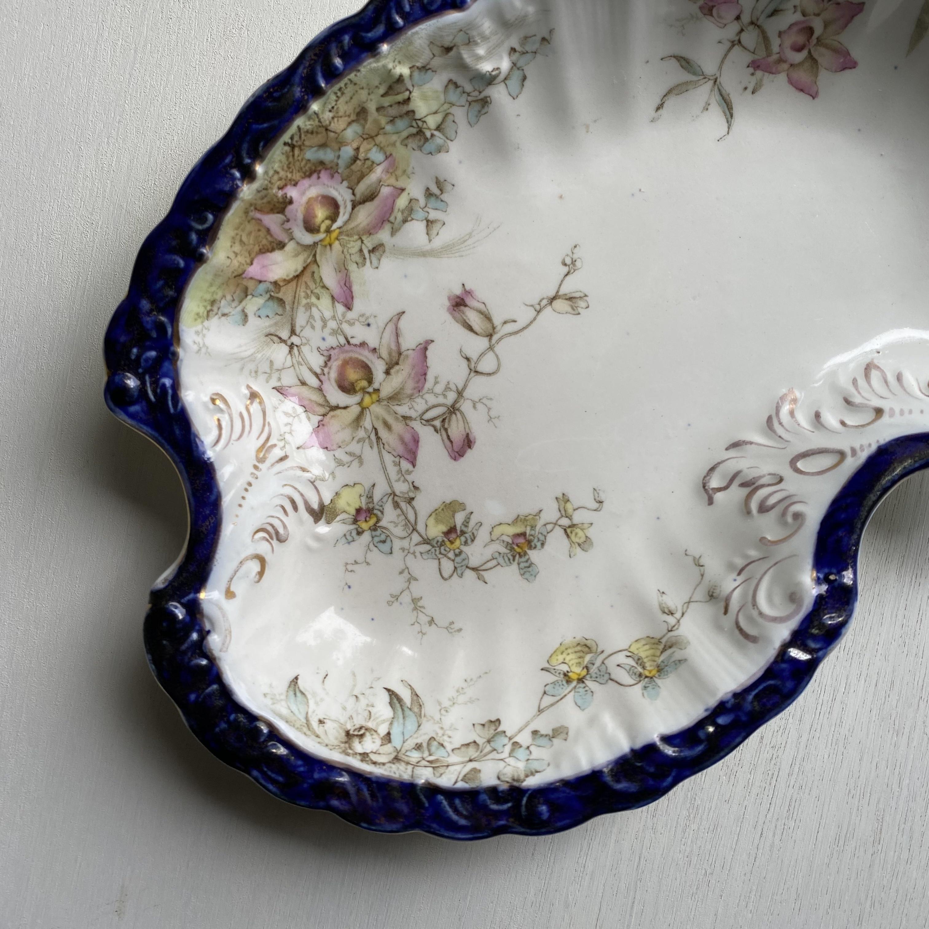 蘭が描かれた独特なお皿