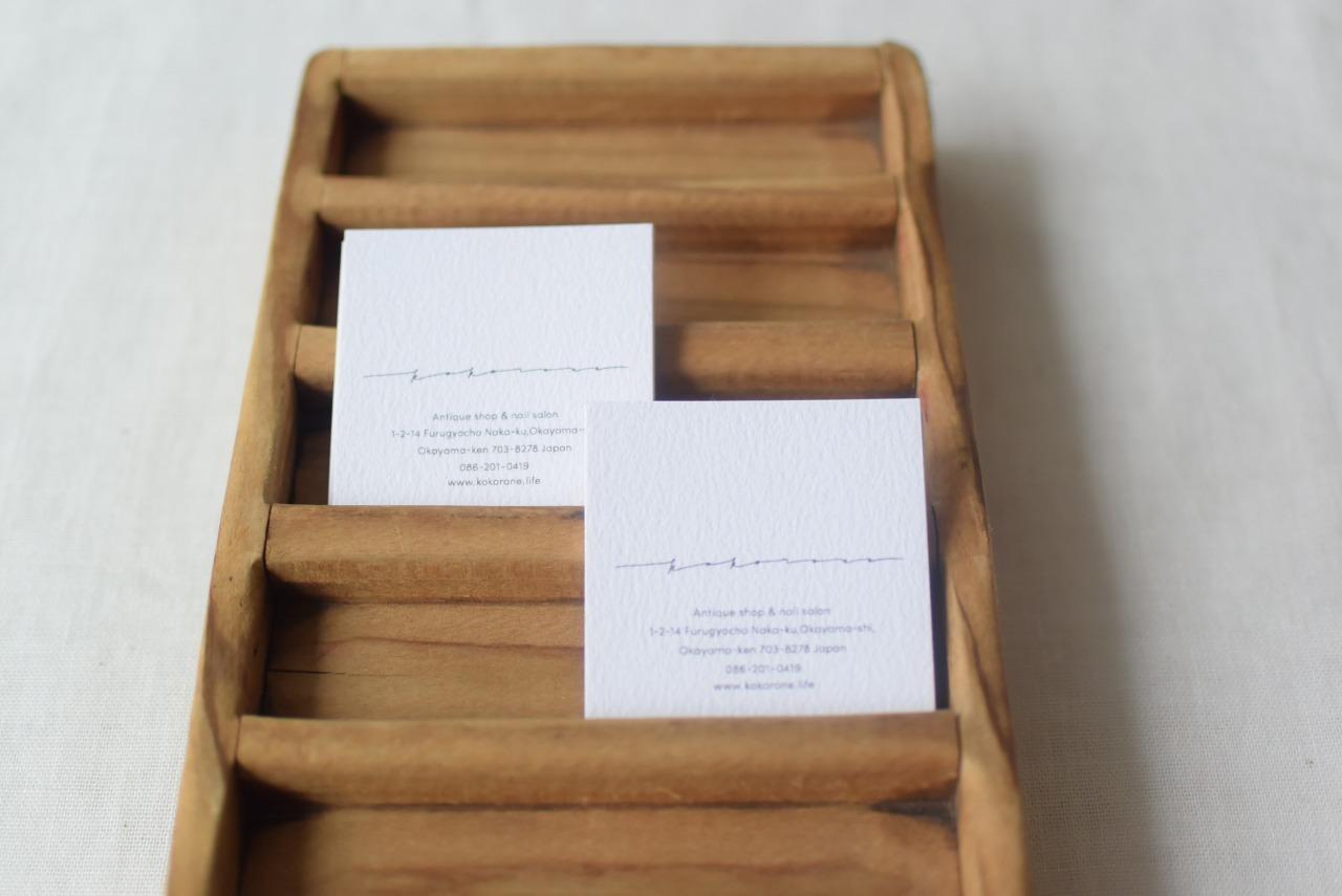 小さな木製の仕切り付きトレイ