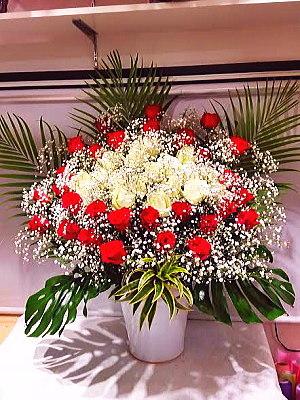 ar013 フラワーアレンジ 赤・白バラ