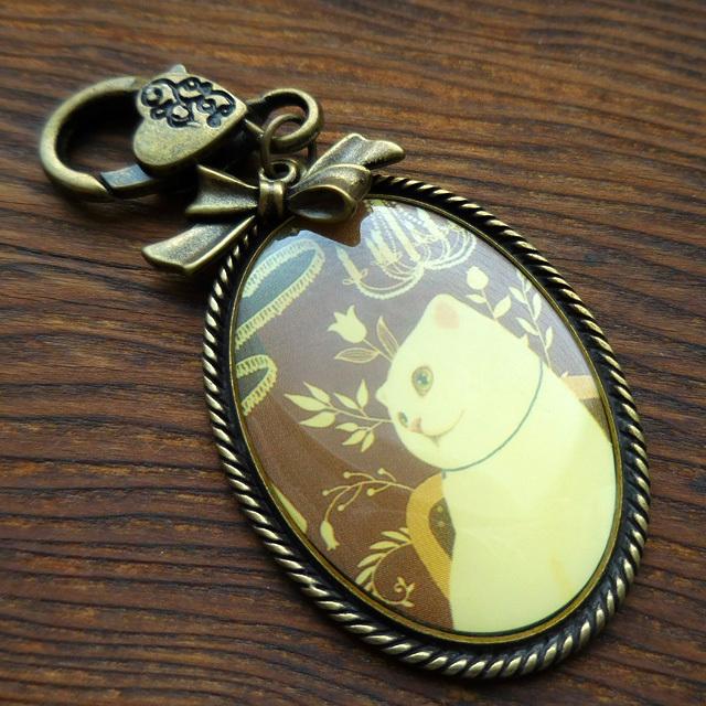 (214) アンティーク風 チャーム 白猫 レトロ 帯飾り 金古美 【レターパックライト可】