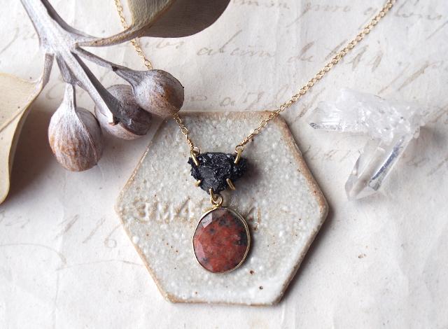 原石のトルマリンとロードナイトのネックレス