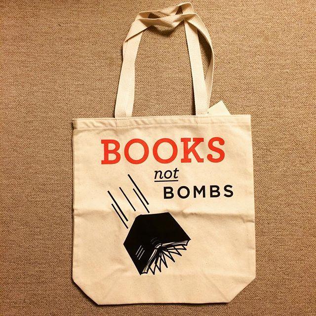 雑貨「Books Not Bombs トートバッグ」 - 画像1