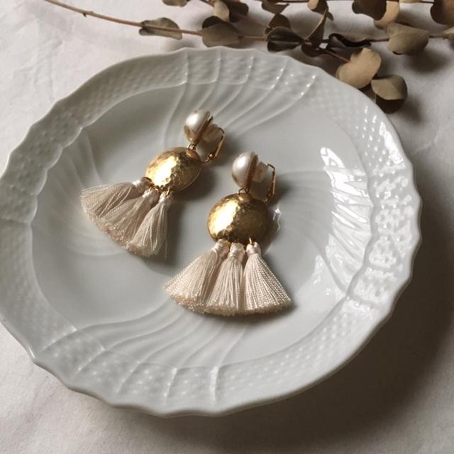 white gold cabochon ×vintage metal parts ×white tassel ピアスorイヤリング