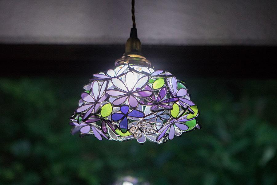 ミヤコワスレ(1点のみ限定作品・即納)(ステンドグラスの吊りランプ)(ペンダントライト) 01010038