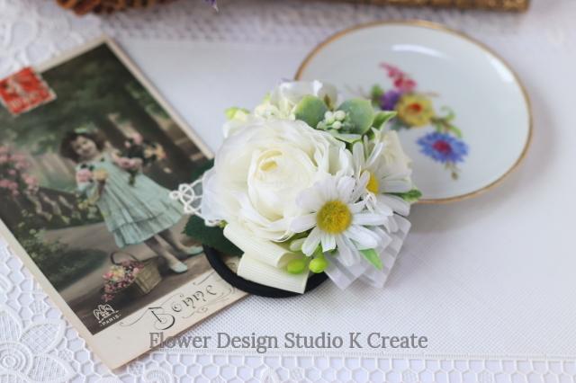 純白のラナンキュラスとデージーのヘアゴム お花 ヘアゴム 髪飾り パール お出掛け ヘアアクセサリー