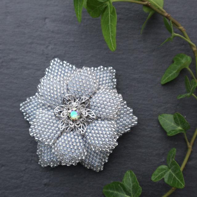 アイスブルーのビーズで編んだ花のブローチ