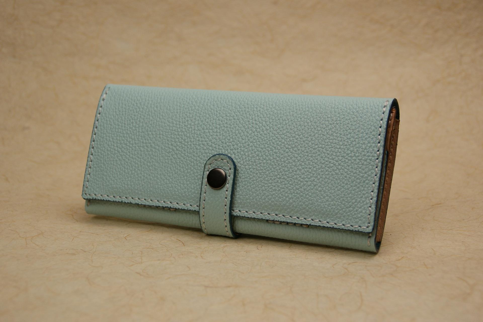 スリムな長財布 水色 牛革エンボス Leather wallet