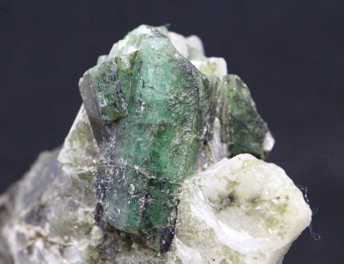エメラルド 原石 標本 鉱物 208,7g ED020 ベリル 緑柱石