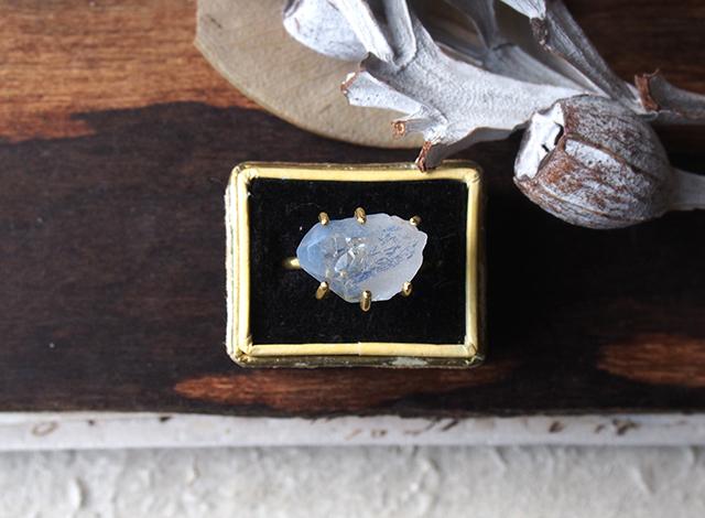 か様オーダー 原石のデュモルチライトインクォーツのリング