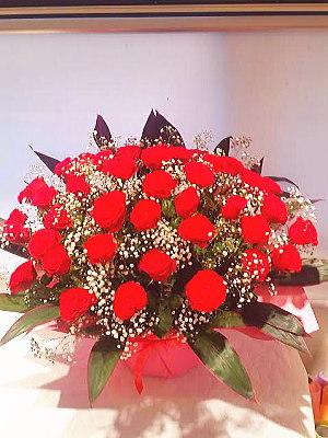 ar015 フラワーアレンジ 赤バラとカスミ草