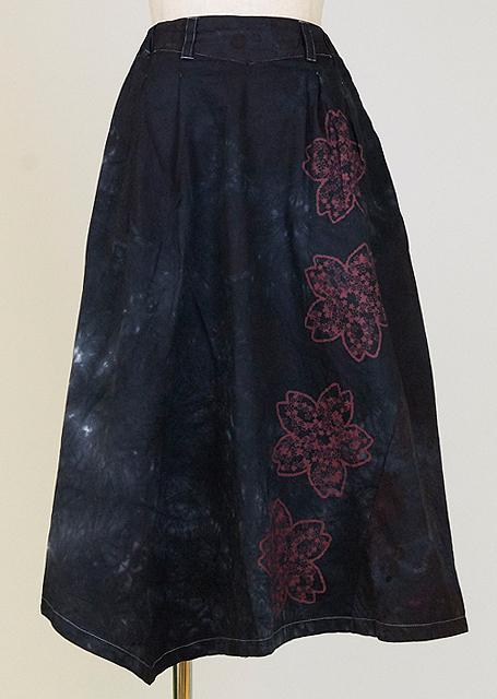 gouk 桜の中に小さな桜をプリントした膝下丈のフレアースカート 黒むら染め GGD28-S049 WH/M