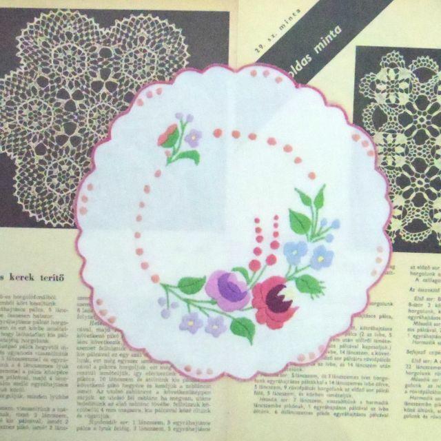 ドイリー ::: ピンクの縁取りのハンガリー刺繍