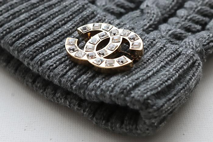 aa23b3d3a9c0 パロディデザインブローチ付きフィッシャーマン織りの柔らかく暖かな風合いを放つニットキャップ。 素肌に触れてもチクチクしない生地感と、程よい伸縮性で嫌な  ...
