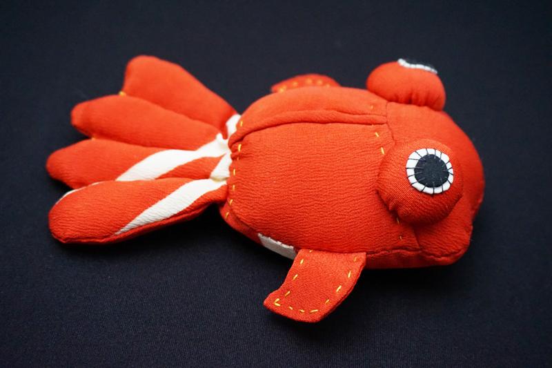 着物、和服の古布人形「出目金(赤)」 - 画像1