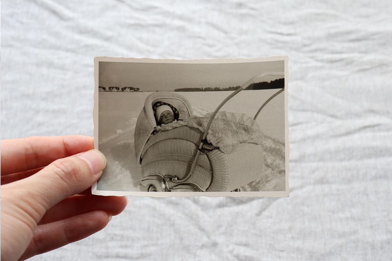【ドイツ】モノクローム写真/雪国の赤ちゃん