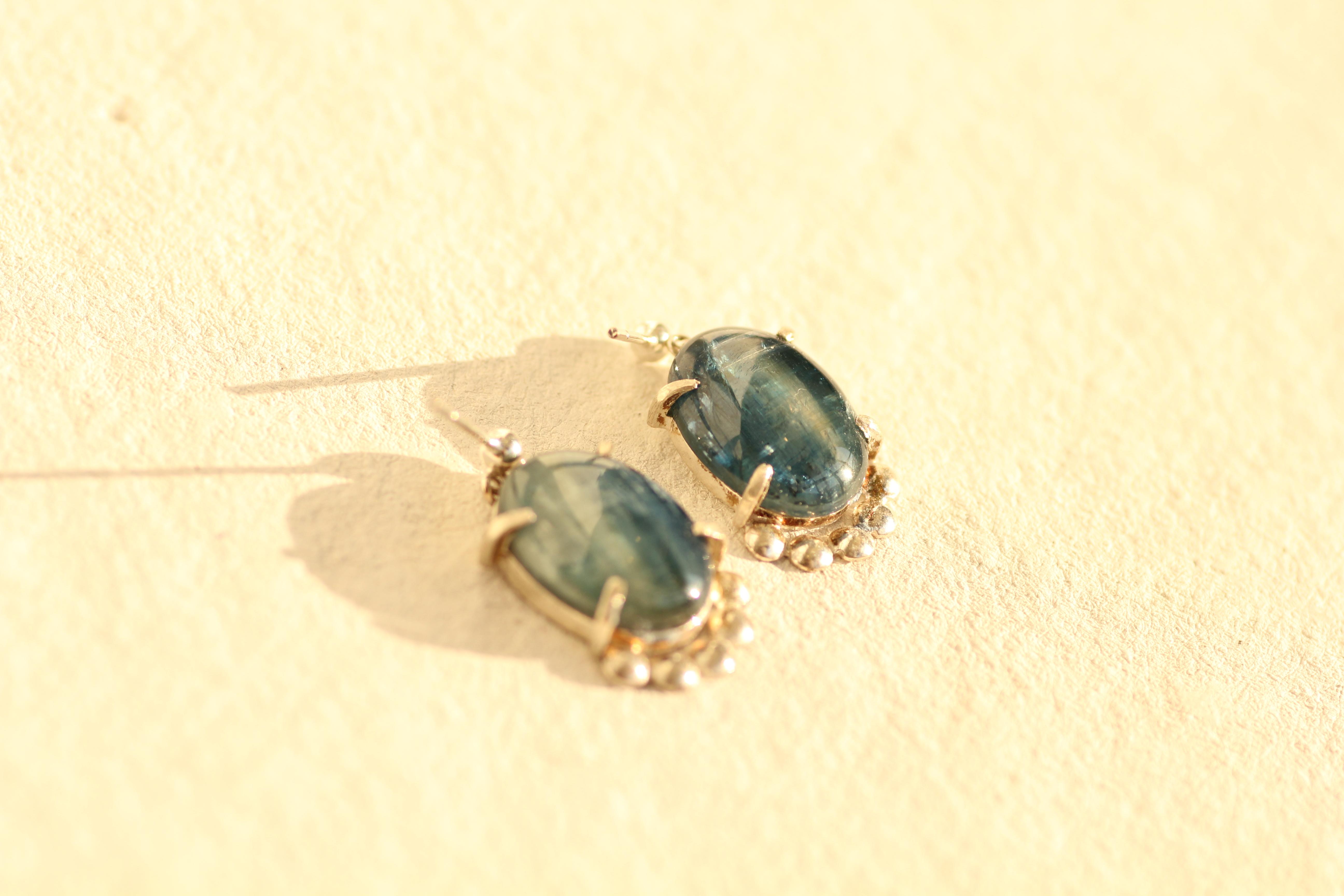 縞の美しいカイヤナイトのピアス