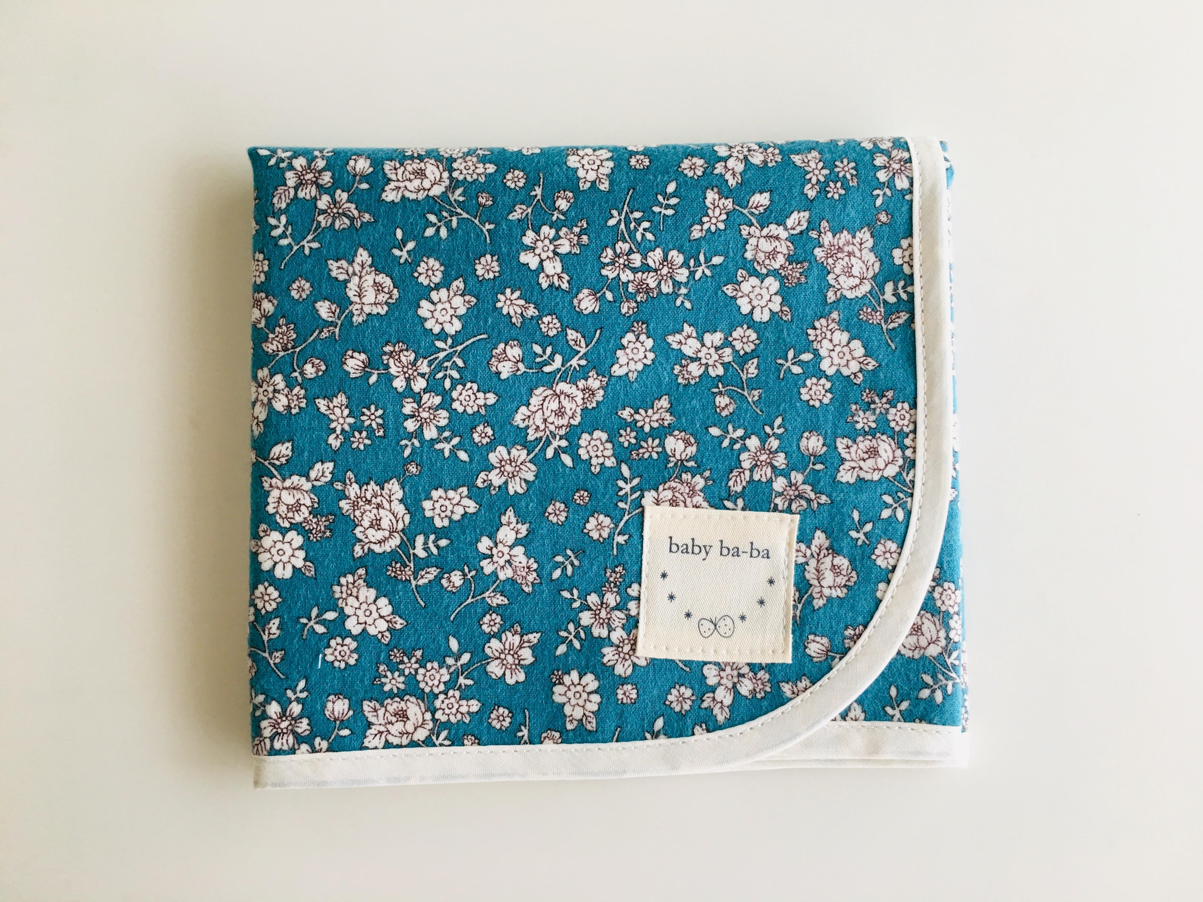 小花柄の青色 おむつ替えシート