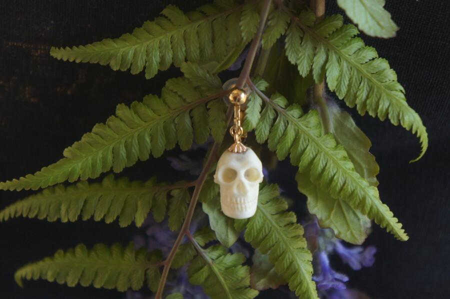鹿角製小さい頭蓋骨「朝と夕べのメメント・モリ」イヤリング【B】