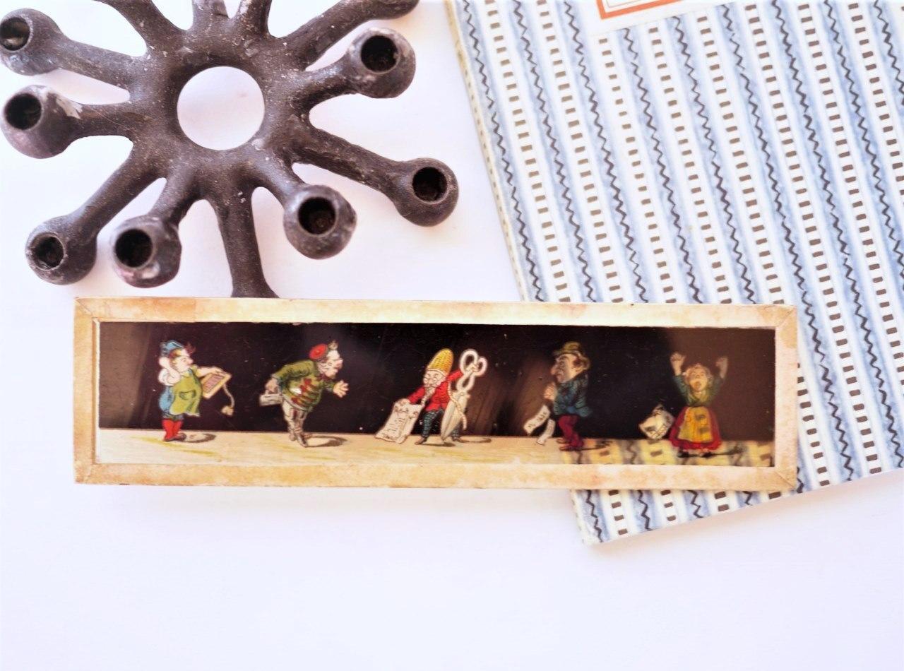 幻灯機マジックランタンのガラス絵 Scissors