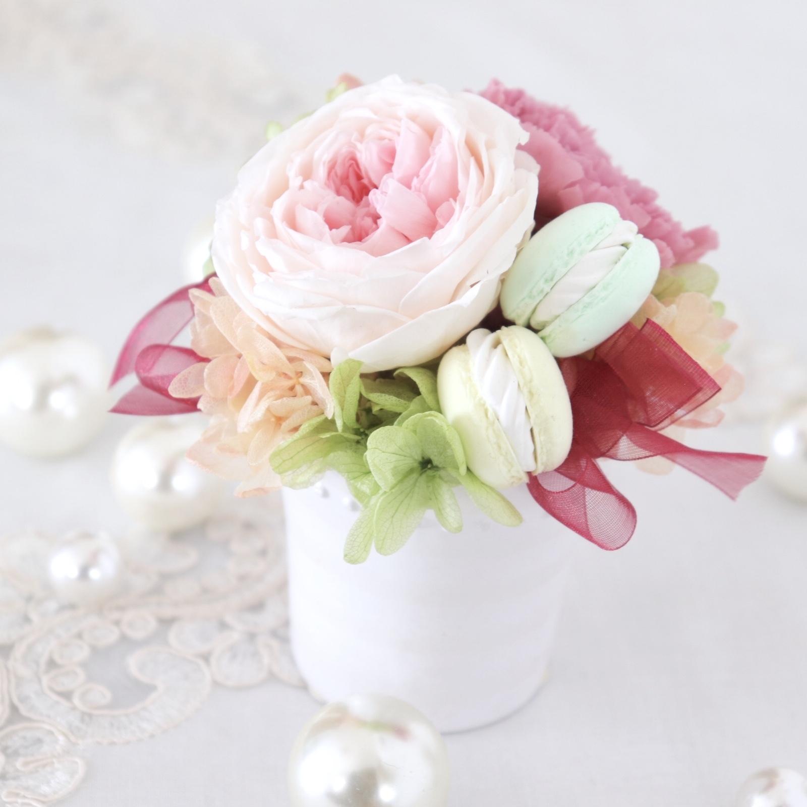 【プリザ】 カップ咲きバラとカーネーションとマカロンのかわいいアレンジ
