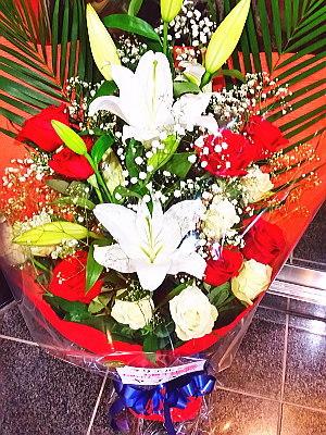 bu016 赤・白バラとユリの花束