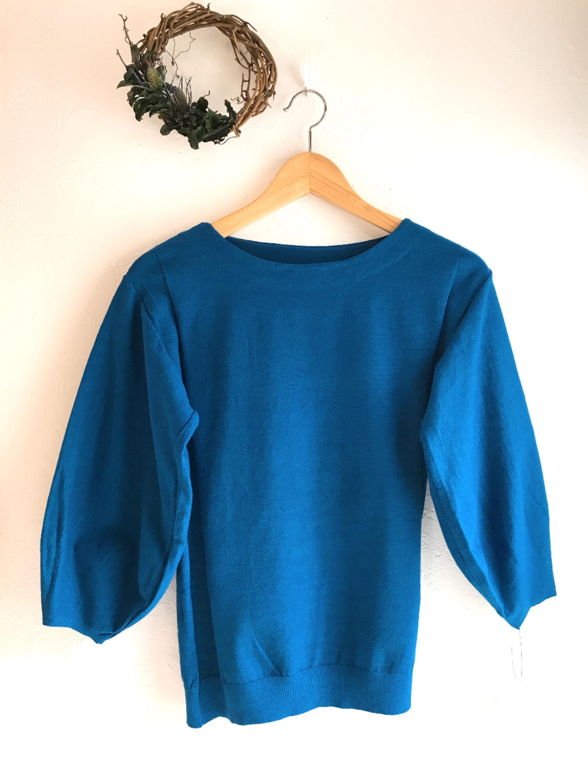 柔らか生地の七分バルーン袖ニット ブルー