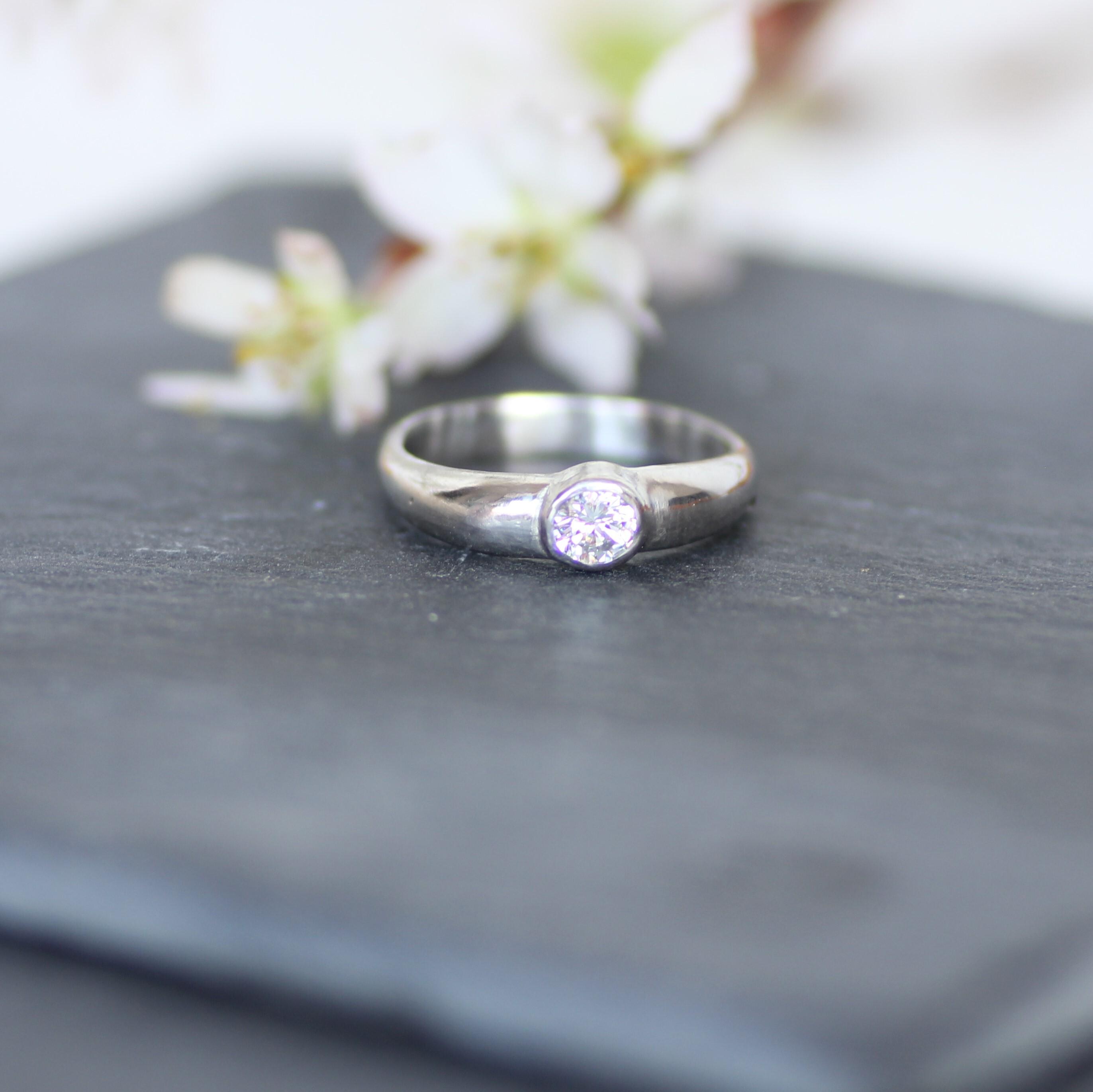 大粒ダイヤの大人リング 贅沢にたっぷりとプラチナを使ったモダンでシンプルなフォルム Pt9000