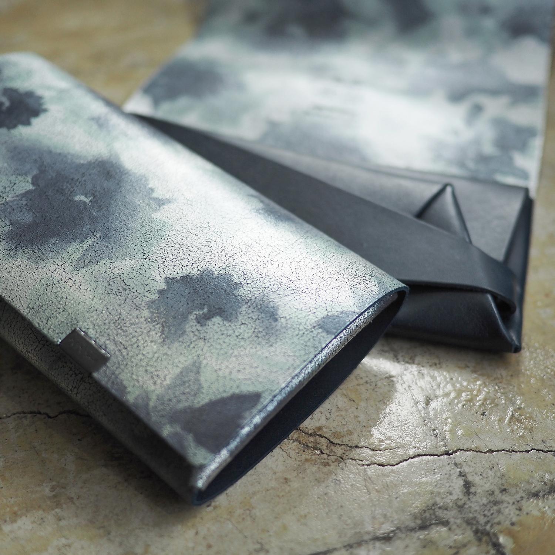 【アーティスティックな雰囲気を好まれるなら】睡蓮画シリーズ・ロングウォレット(フローラル / ネイビー)<所作・長財布>