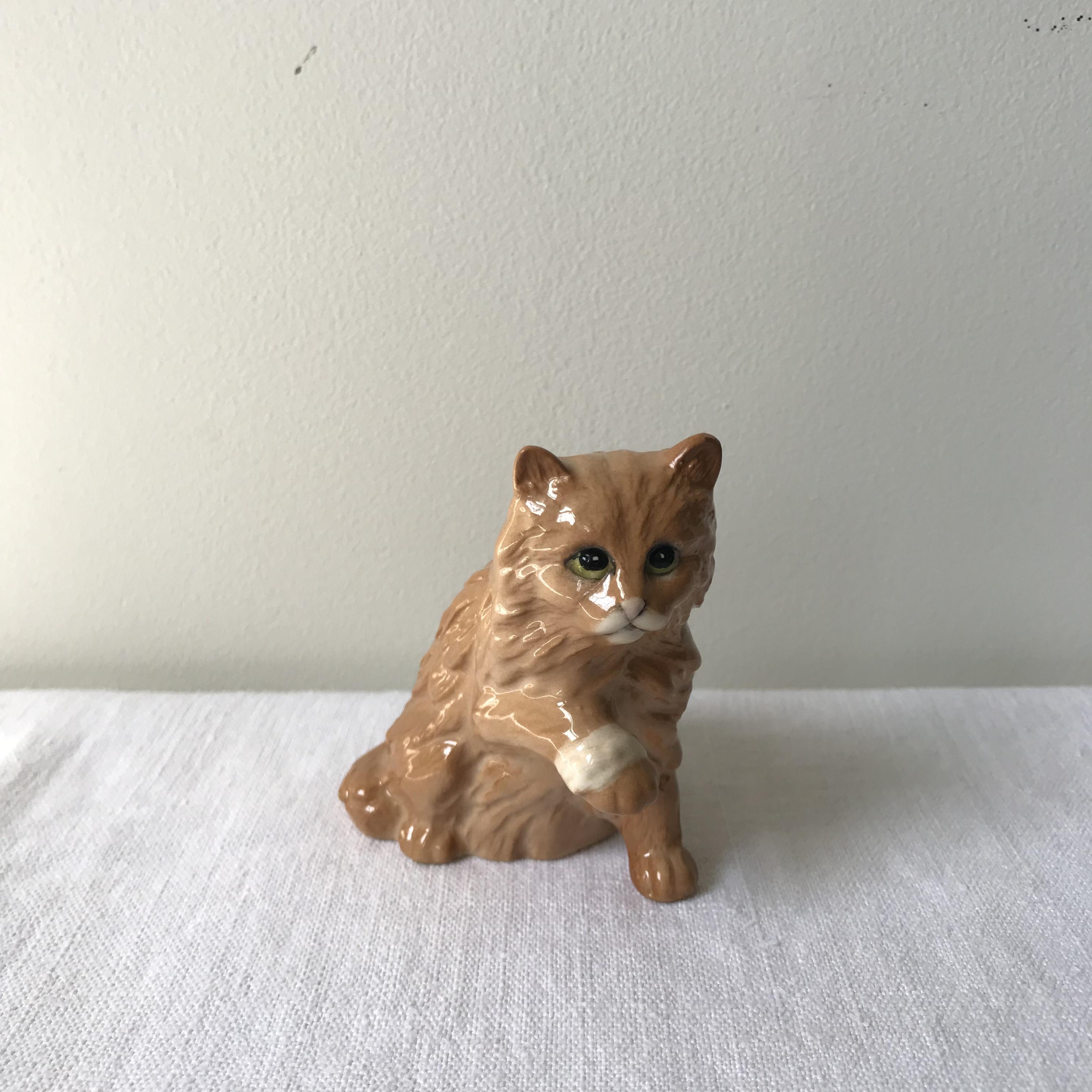 茶色い猫の置物