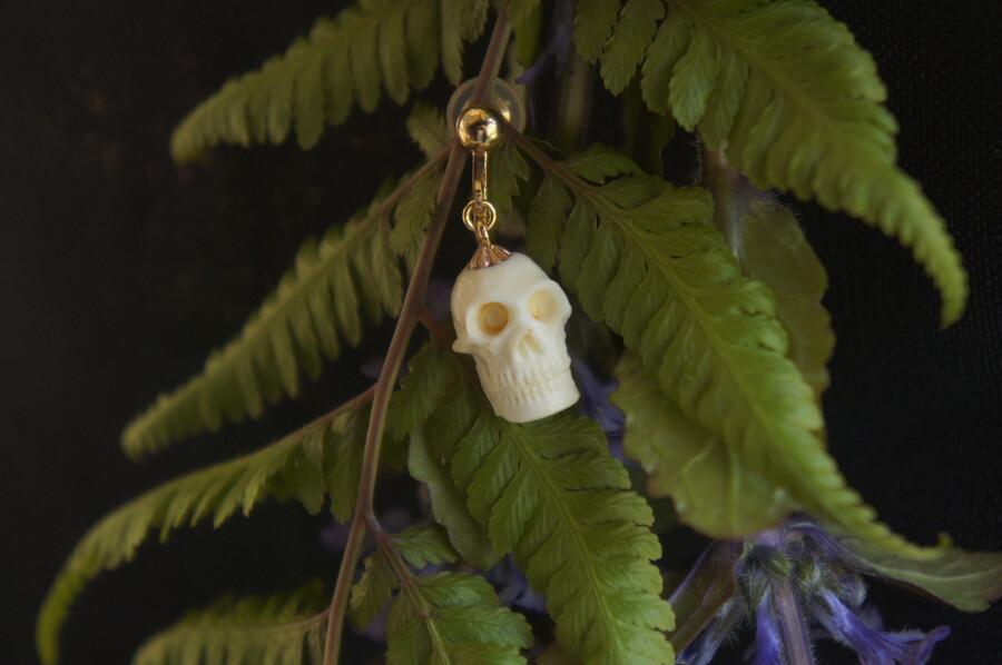 鹿角製小さい頭蓋骨「朝と夕べのメメント・モリ」イヤリング【C】