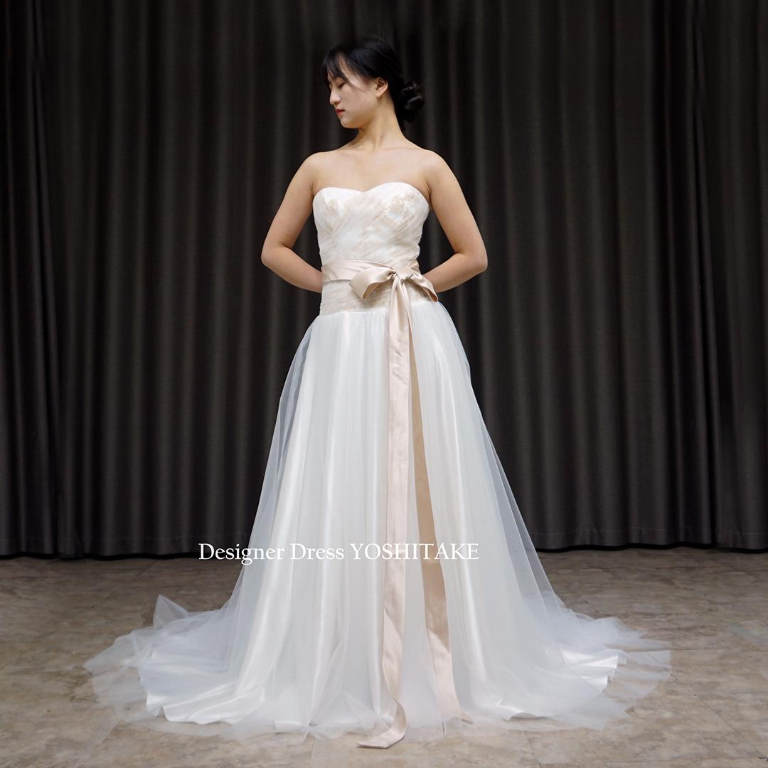 【オーダー制作】ウエディングドレス(無料パニエ) 白チュールのスレンダードレスの内側にゴールドのレースで全体が淡いアイボリーに変化※制作期間3週間から6週間