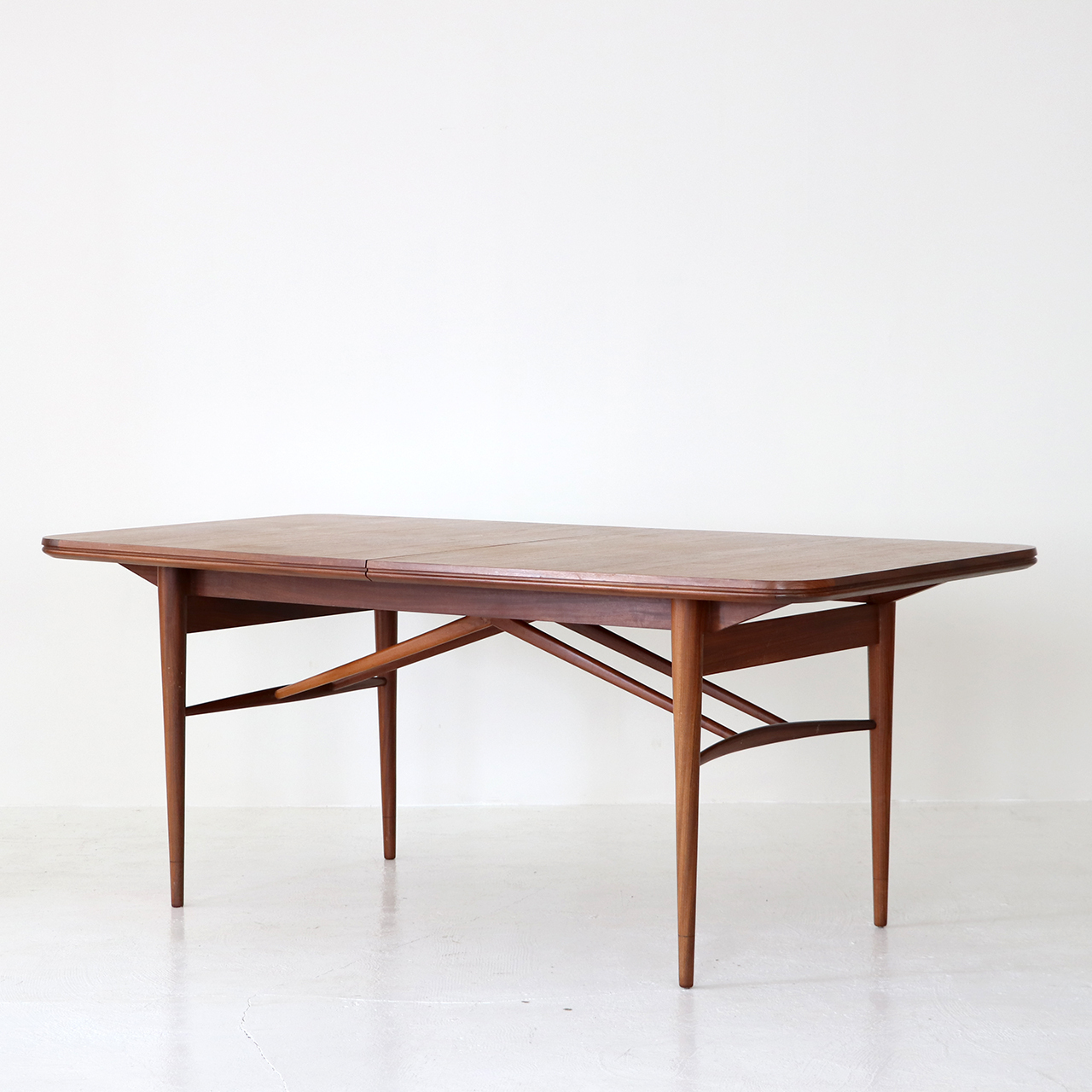 Dining table / Robert Heritage for Archie Shine