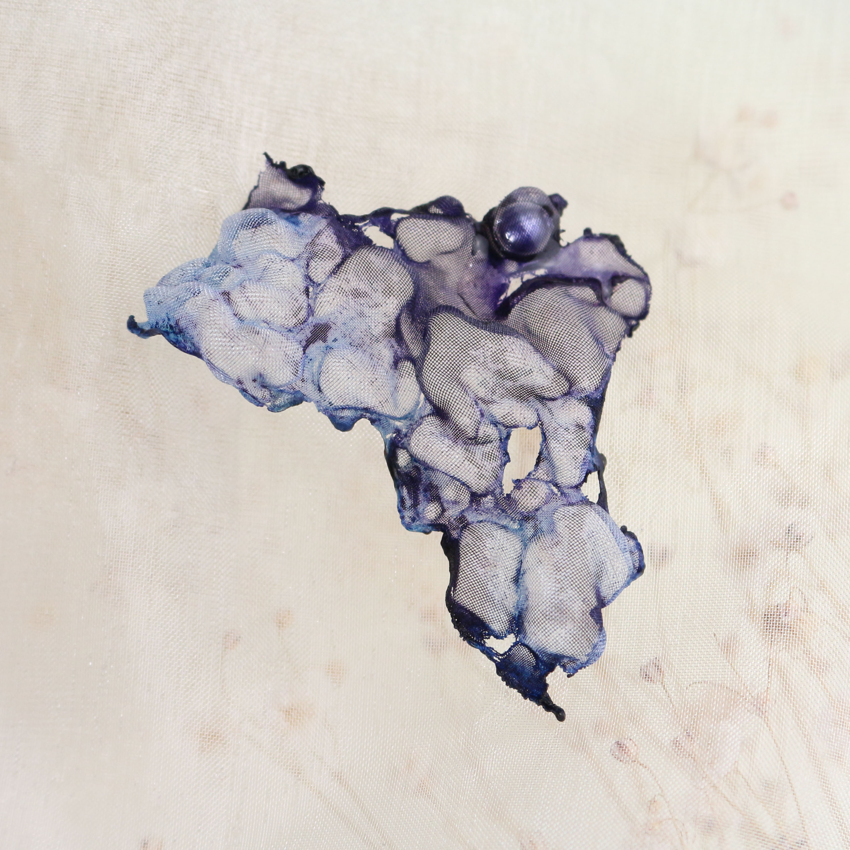 染めオーガンジーのアートピアス|ディープブルー