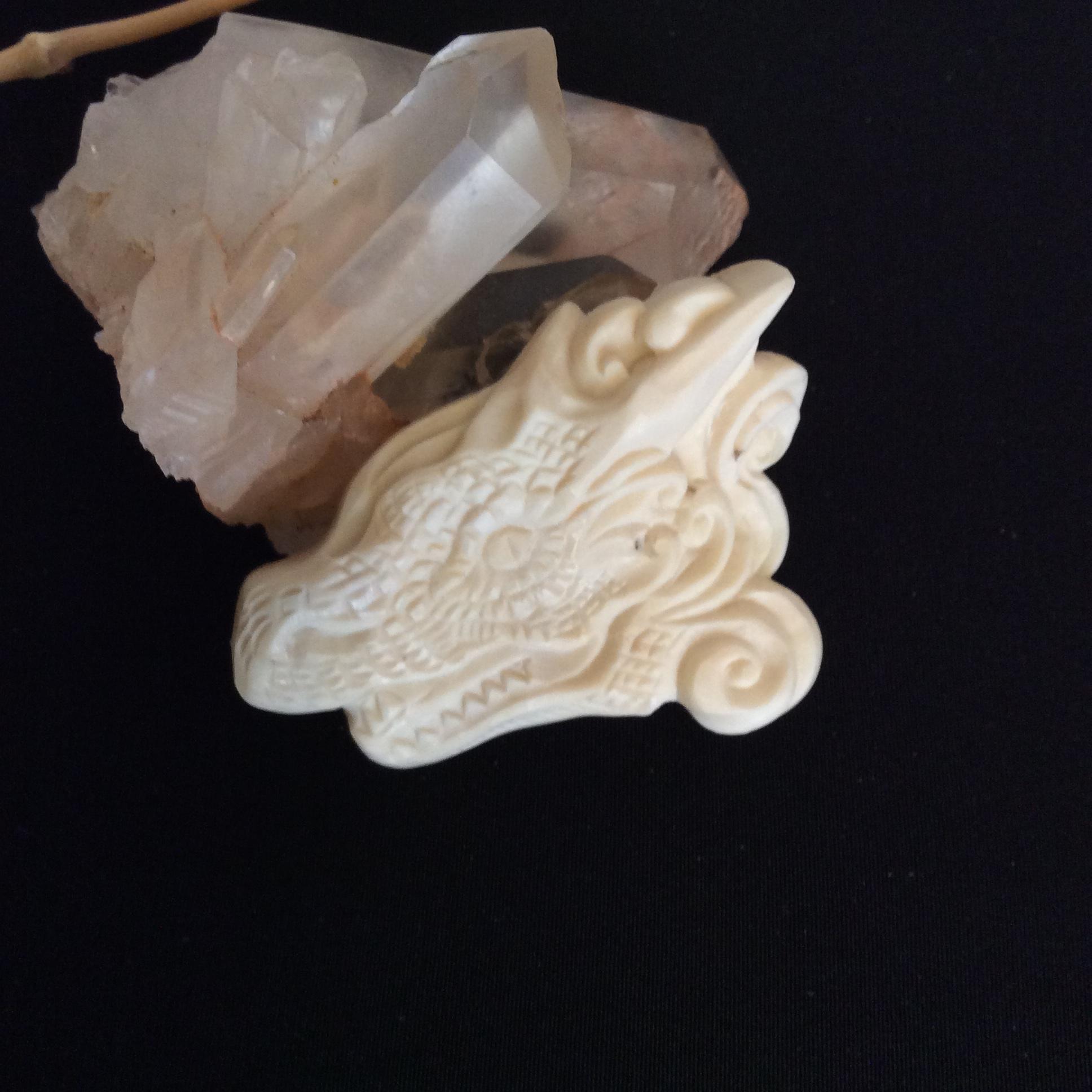 鹿骨彫刻のブローチ「sprite」ドラゴン