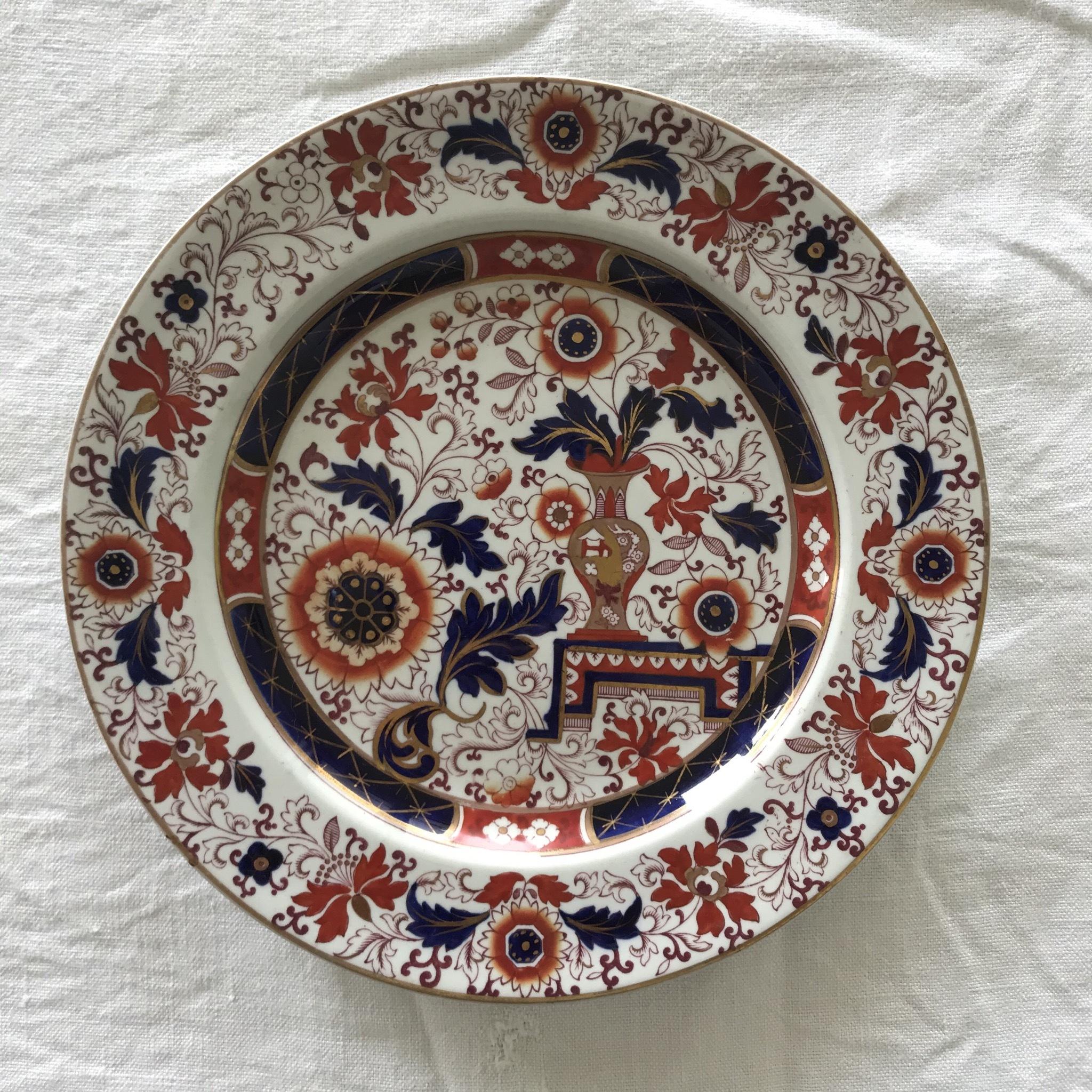 壷と花のディナー皿 「赤」