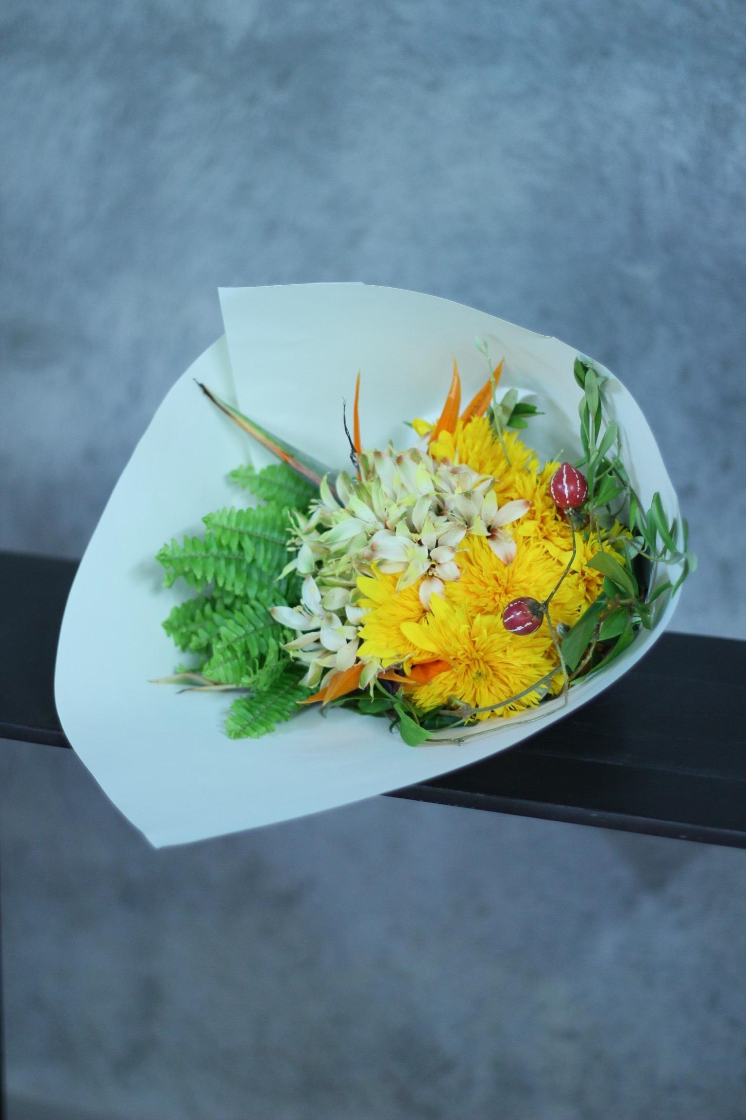 八重咲きひまわりの花束