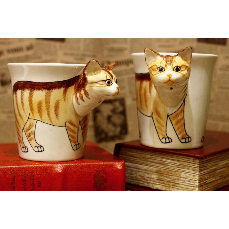 ネコのはみ出し顔のマグカップ(オレンジタビー)【電子レンジ/食洗機対応】/浜松雑貨屋 C0pernicus