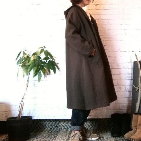 チェンマイ 後ろにポッケがついているフードつきロングコート 茶色