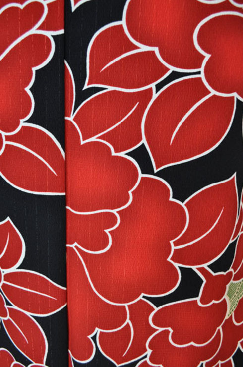 レンタル着物315-3「パーティーきものレンタル」黒地に大胆な赤い花柄【往復送料無料】 - 画像3