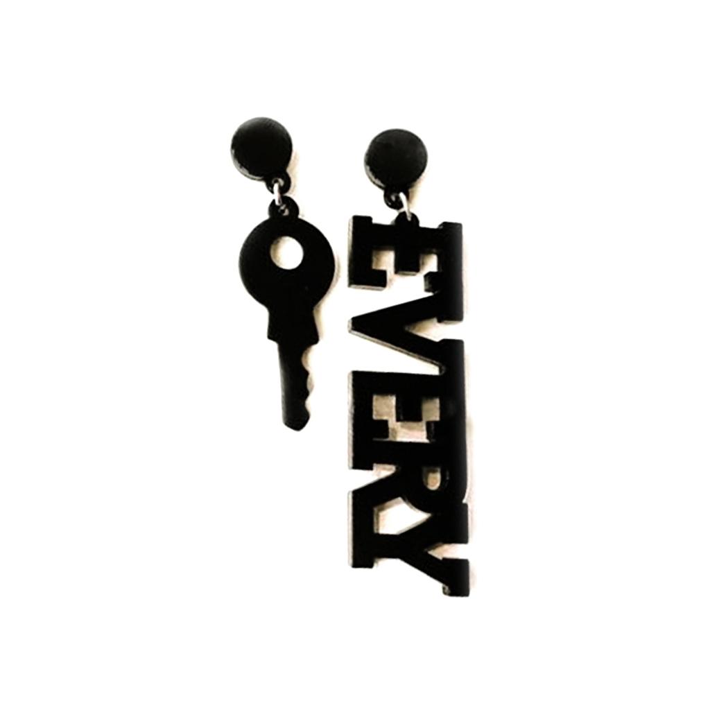 IUHA 【ユニークシリーズ】カギと英語EVERY ピアス  耳飾り おしゃれ 個性的 パーティー ギフト   iuha1991710020