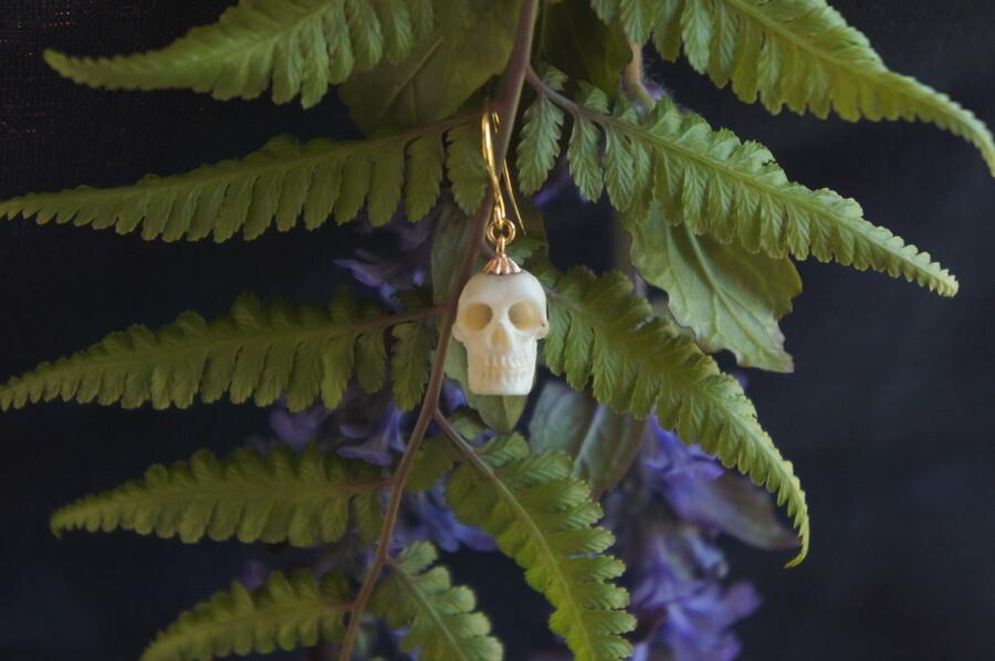 鹿角製小さい頭蓋骨「朝と夕べのメメント・モリ」ピアス【E】