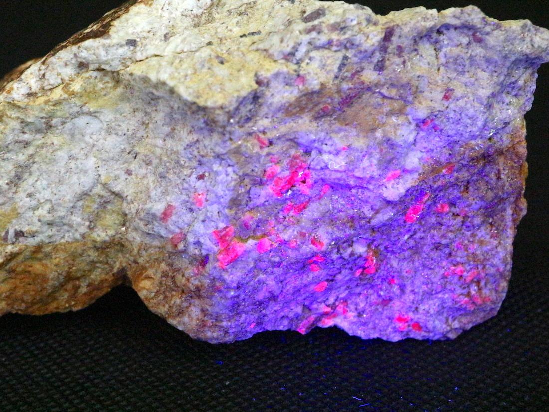 カリフォルア産 コランダム ルビー サファイア 原石  303,3g CRD024 鉱物 天然石