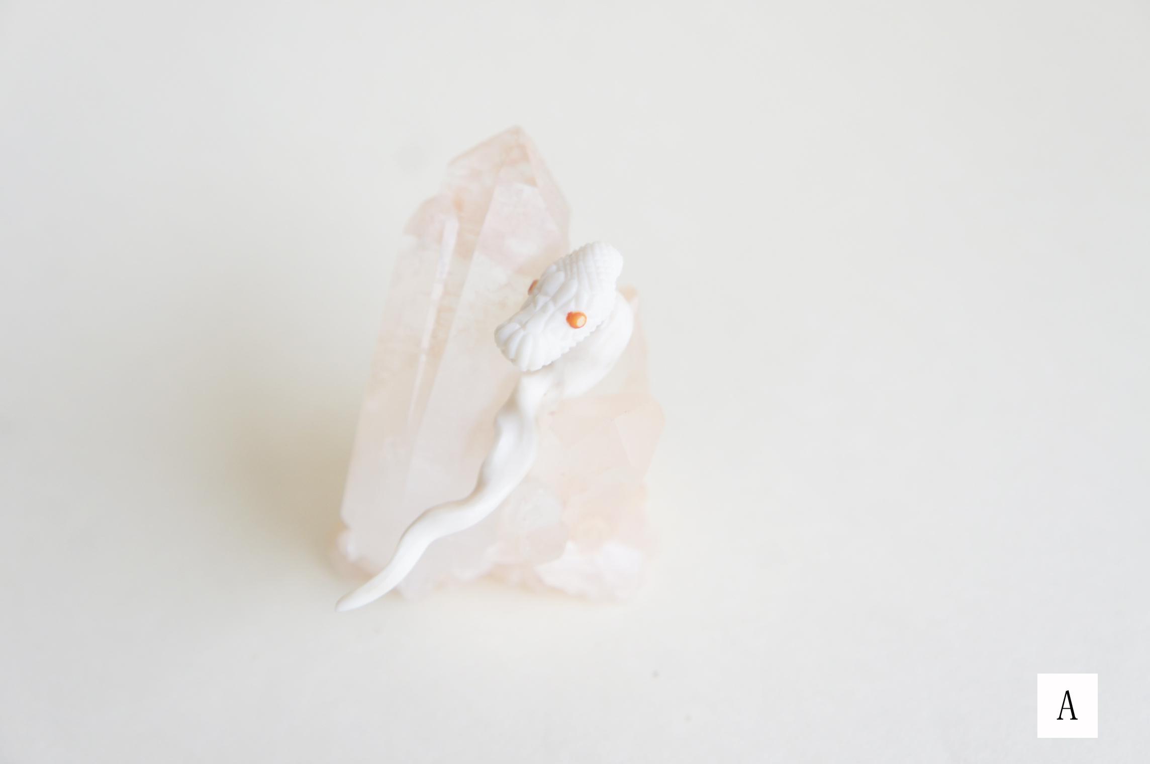 鹿角彫刻のピアス(蛇・尻尾キャッチ付き)